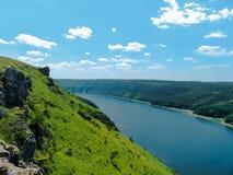 Canyon de rivière avec les collines vertes Photo libre de droits
