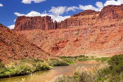 Canyon de roche du fleuve Colorado près de parc national Moab Utah de voûtes Photos stock