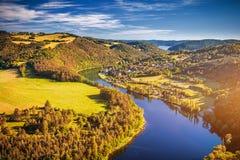 Canyon del fiume con acqua scura e la foresta variopinta Horsesh di autunno Fotografia Stock Libera da Diritti