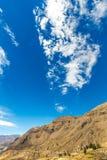 Canyon di Colca, inche del Perù, Sudamerica per sviluppare agricoltura dei terrazzi con lo stagno e la scogliera Fotografie Stock Libere da Diritti