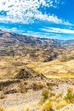 Canyon di Colca, inche del Perù, Sudamerica per sviluppare agricoltura dei terrazzi con lo stagno e la scogliera Fotografie Stock