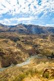 Canyon di Colca, Perù, Sudamerica.  Inche per sviluppare agricoltura dei terrazzi con lo stagno e la scogliera. Immagine Stock