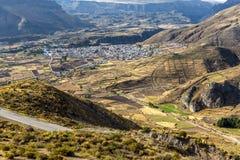 Canyon di Colca, Perù, Sudamerica le inche per sviluppare agricoltura dei terrazzi con lo stagno e la scogliera Fotografia Stock