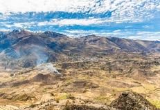 Canyon di Colca, Perù, Sudamerica. Le inche per sviluppare agricoltura dei terrazzi con lo stagno e la scogliera. Uno dei canyon p Fotografie Stock Libere da Diritti