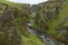 Canyon di Fjadrargljufur, taglio attraverso le rocce, Islanda del fiume fotografia stock libera da diritti