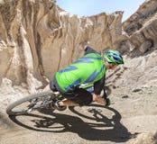 Canyon di guida del ciclista in mountain-bike Immagini Stock