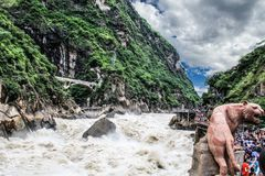 Canyon la rivière Lijiang de la Chine Yunnan Xianggelila Hutiaoxia photo libre de droits