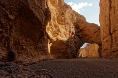 Canyon naturel de pont en parc national de Death Valley images libres de droits