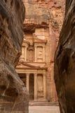Canyon nella città antica di PETRA (Giordania) - vista di apertura di Al-Khazneh famoso (aka Ministero del Tesoro) immagine stock libera da diritti