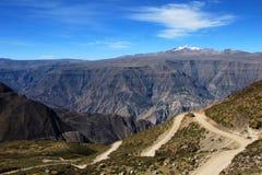 Canyon Pérou de Cotahuasi avec la route Photographie stock libre de droits