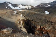 Canyon pericoloso, cascata sul fiume sotto il vulcano attivo di Mutnovsky kamchatka Fotografia Stock Libera da Diritti