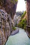 Canyon pittoresco con il flusso continuo del fiume fotografie stock libere da diritti