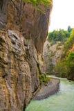 Canyon pittoresco con il flusso continuo del fiume immagini stock libere da diritti