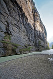 Canyon pittoresco con il flusso continuo del fiume fotografia stock libera da diritti