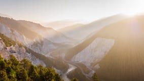 Canyon Rheinschlucht Svizzera 4k aereo del treno di alba stock footage