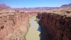 Canyon rosso con funzionamento del fiume nel mezzo Immagini Stock Libere da Diritti