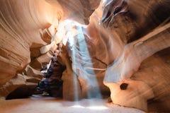 Canyon superiore dell'antilope con i raggi luminosi che filtrano attraverso il dus della sabbia Immagini Stock Libere da Diritti