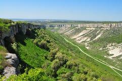 Canyon vu du Chufut-chou frisé ou du Cufut Qale de ville de caverne Bakhchisaray images stock