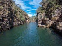 Canyonadventure de Furnas, América, fondo, hermoso, azul, el Brasil, barranco, erosión, extremo, bosque, geología, verde, lago, t fotografía de archivo
