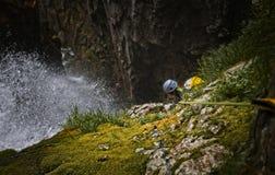 Canyoner em uma cachoeira grande na garganta de Anaye Imagem de Stock Royalty Free