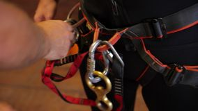 Canyoning προετοιμασία - που αναρριχείται στο σχοινί και carabiner απόθεμα βίντεο