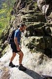 Canyoning - camminata del giovane Fotografia Stock