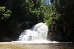 Canyoning het mannelijke springen in canion Vietnam Stock Foto's