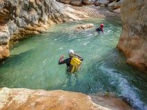 Canyoning i Barranco Oscuros, Toppig bergskedja de Guara, Spanien Arkivfoto