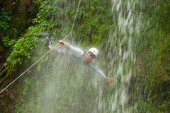 Canyoningreseledare Jumping Into en vattenfall Royaltyfria Bilder