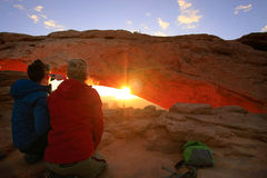 Туристы наблюдая восход солнца на своде мезы, равенство соотечественника Canyonlands Стоковая Фотография RF