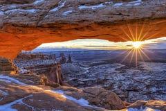 Canyonlands Mesa Arch vintersoluppgång royaltyfria foton