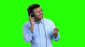 Canzone e ballare favoriti d'ascolto dell'uomo video d archivio