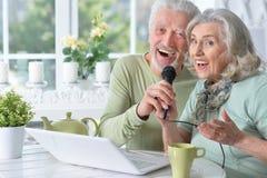 Canzoni senior di canto del marito e della moglie delle coppie fotografie stock libere da diritti