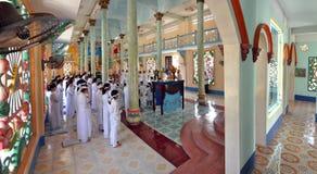 Cao Dai-atendants in einem vietnamesischen Tempel Lizenzfreies Stockbild