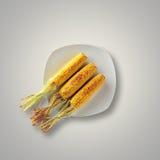 Całość Piec na grillu kukurudzy na talerzu Obraz Royalty Free