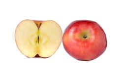 Całości i połówki rżnięci czerwoni jabłka z trzonem na bielu Fotografia Royalty Free