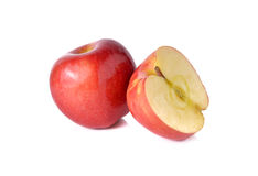 Całości i połówki rżnięci czerwoni jabłka z trzonem na bielu Obraz Royalty Free