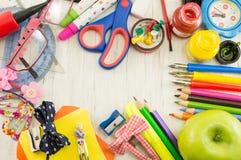 Caos creativo de las herramientas por nuevo año escolar Foto de archivo