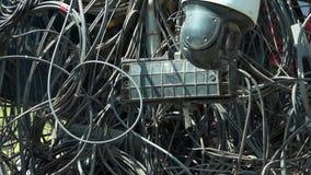 Caos de cables eléctricos y de alambres en la calle en Asia almacen de metraje de vídeo
