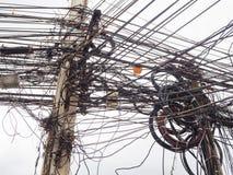 Caos de cables y de alambres en polo eléctrico Fotos de archivo