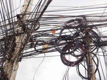 Caos de cables y de alambres en polo eléctrico Fotografía de archivo