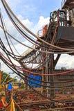 Caos de mangueras, de tuberías y de cables foto de archivo