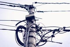 Caos del cavo su una colonna Fotografie Stock Libere da Diritti