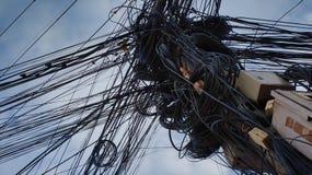 caos en las líneas eléctricas, comunicaciones enredadas de la ciudad, problemas con la fuente de alimentación foto de archivo