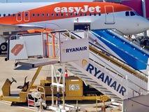 Caos en un aeropuerto con un avión y las pasarelas fotos de archivo