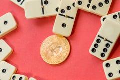 caos Erro de sistema da finança dominós destruídos com bitcoin dourado Imagem de Stock Royalty Free