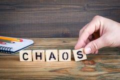 caos Letras de madeira no fundo da mesa de escritório, o informativo e da comunicação Fotografia de Stock