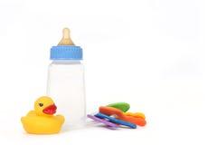 caoutchouc d'enfant en bas âge de duckie de bouteille de chéri images stock