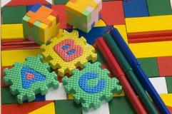 Caoutchouc de puzzle sur le fond coloré Image libre de droits