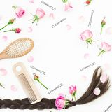 Capítulo con el peine para diseñar del pelo, el pasador y las flores rosadas en el fondo blanco Composición del blog de la bellez Foto de archivo